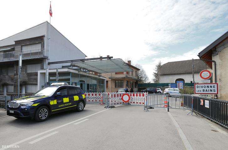 A koronavírus-járvány miatt lezárt határátkelő a francia-svájci határon, Crassier közelében 2020. március 17-én