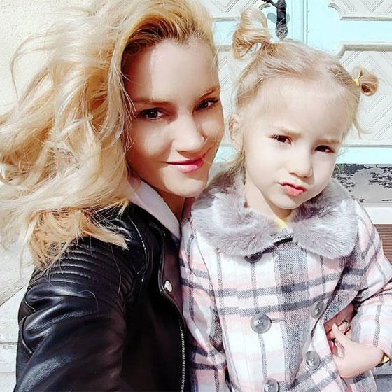 Som-Balogh Edina kislánya úgy fest, akár az ő miniatűr mása, hihetetlen, milyen szép az anya-lánya páros.