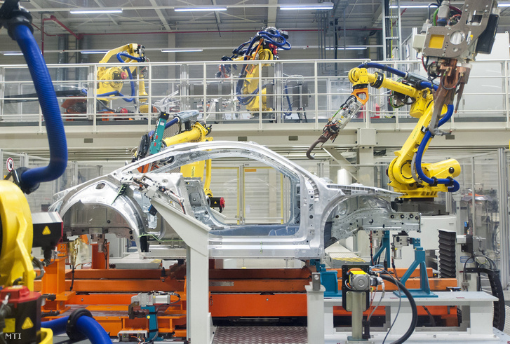 Robotok dolgoznak az Audi Hungária Zrt. győri karosszériaüzemében 2017. május 23-án. Az Audi az ingolstadti, brüsszeli és mexikói üzemei mellett a győri Audi-gyár is felfüggeszti a termelést, de a dolgozók megkapják a bérüket, sőt, a rendkívüli helyzet miatt segítségre is számíthatnak a gyártól.