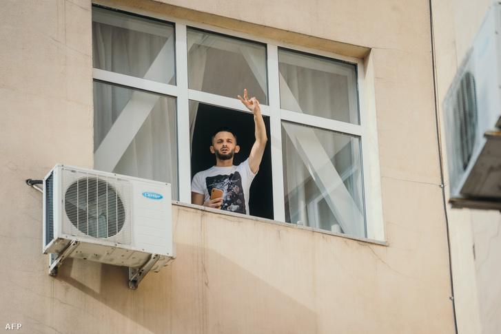Egy hazájába hazatérő, karanténba helyezett férfi egy bukaresti hotelben 2020. március 15-én