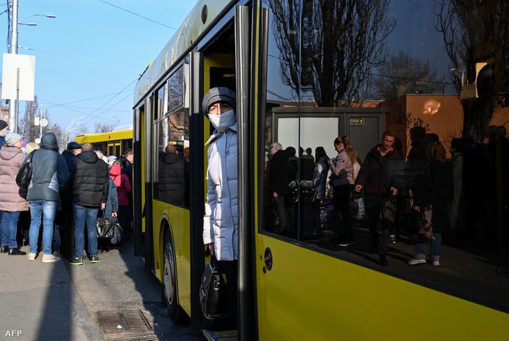 Arcmaszkos nő egy kijevi buszállomáson 2020. március 19-én. A tömegközlekedési eszközökön tíz főre limitálták az utasok létszámát, ez a felszállásnál az állomásokon komoly tömeget eredményezett.