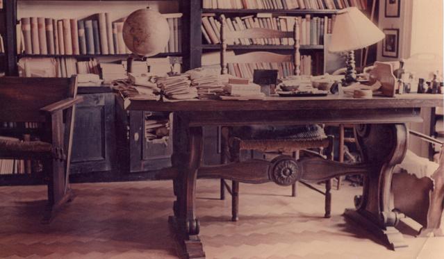 A dolgozószoba tulajdonosa Babits Mihállyal is élt együtt. Melyik költőnk volt ő?