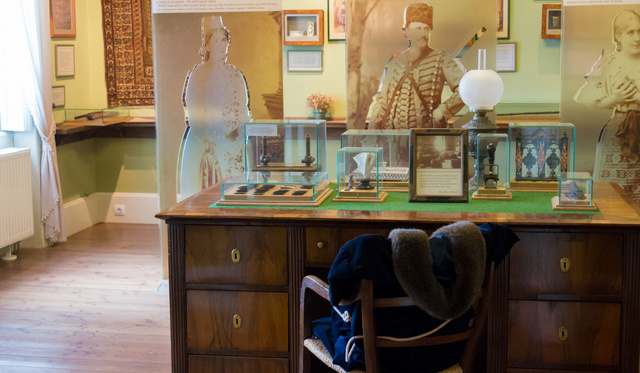 Balatonfüredi dolgozószobájában ma történeteinek hősei állják körül az író asztalát. Kinek a tollából születtek a történetek?
