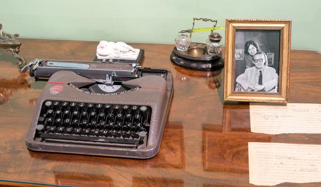 Melyik írónő íróasztala áll ma egy debreceni múzeumban?