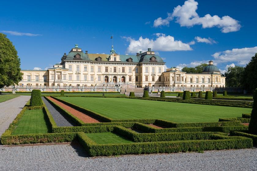 A Drottningholm palota 1981 óta a svéd királyi család lakhelye, emellett öt múzeumnak és egy 18. századi színháznak is otthont ad, ami az egyetlen a világon, ami korabeli berendezéseket használ.