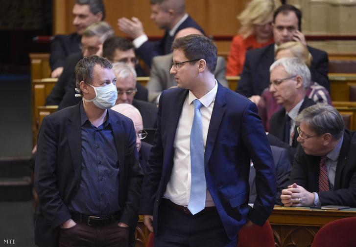 Révész Máriusz a Fidesz képviselője, aktív Magyarországért felelős kormánybiztos védőmaszkban és Kocsis Máté a Fidesz frakcióvezetője az Országgyűlés plenáris ülésén 2020. március 16-án.