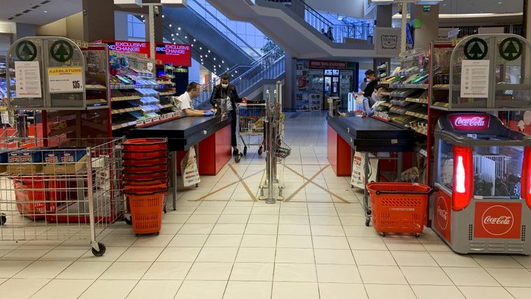 Elkezdték kijelölni a boltokban, hogy sorban álláskor mekkora távolságot kell tartani