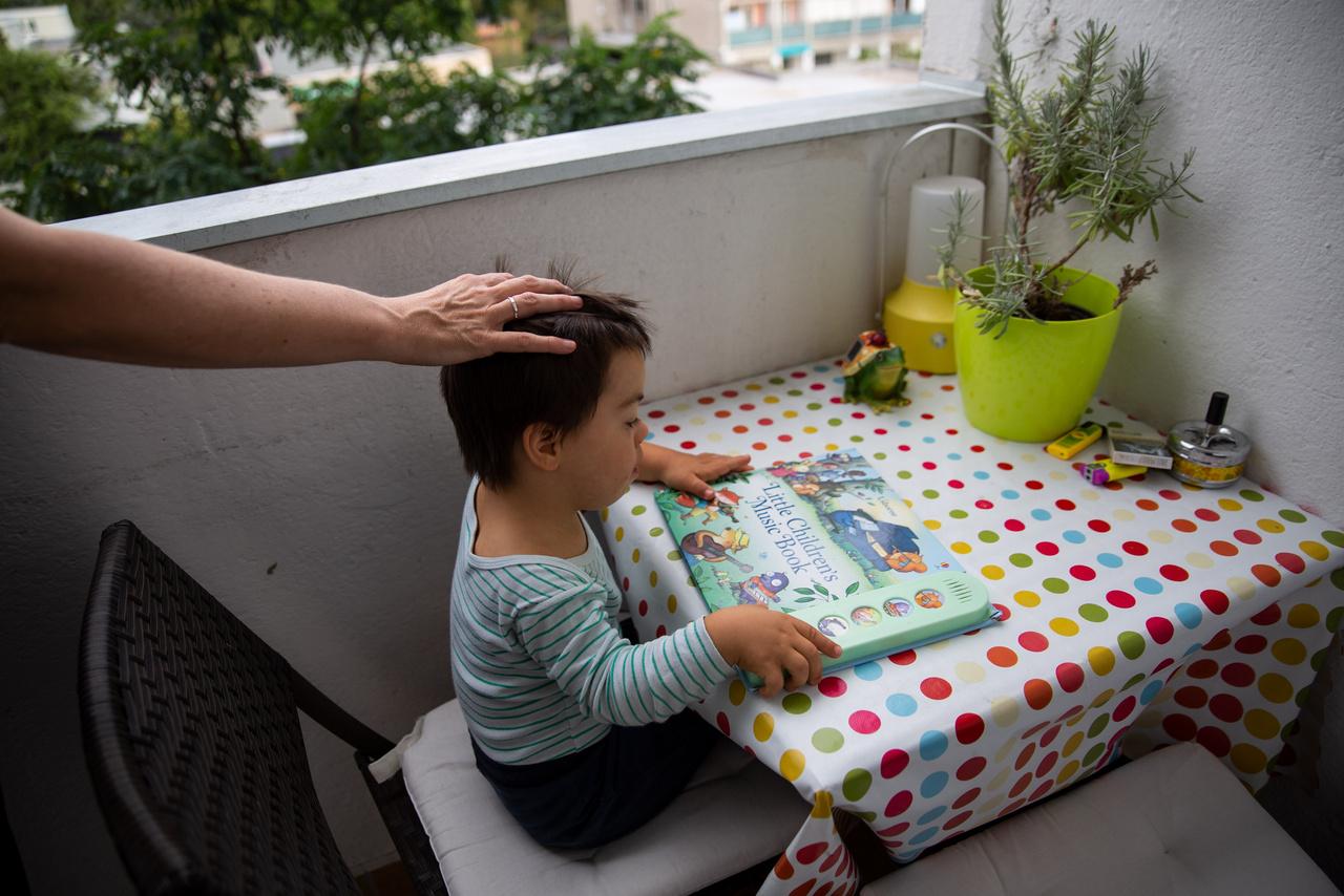 A most három éves Tamás heti háromszor integráló bölcsődébe jár, ép társakkal, együtt vesznek részt a foglalkozásokon és játékokon a bölcsis élet minden területén. Korlátozott azoknak az intézményeknek a száma, akik tudnak fogadni és felkészültek is egy fogyatékossággal élő gyerek integrált nevelésére. A családnak szerencséje volt, mert a lakóhelyükhöz közel sikerült találniuk egy megfelelő bölcsit. Tamás viszont szeptembertől megkezdheti az óvodát, amit Éva már egy éve elkezdett keresni. Minél nagyobb a gyerek annál több kérdés és szempont merül fel az intézményválasztásnál. A szegregált intézmény egy jobb képességű gyereket visszatarthat a fejlődésben, az integrált intézményben viszont a kiemelt figyelem, a lassabb haladás okozhat hátrányt. Tamás ugyan kicsi, de jó képességű, ami az ő esetében egyhe értelmi fogyatékossággal, lassabb beszédfejlődéssel jár. Kevés szót mond, saját szótára van, de mindent kifejez, egyértelműen. Semmi kétségem nincs például, hogy mesét fogunk olvasni, mikor egy könyvvel kezd hátrálni, majd lehuppan az ölembe.