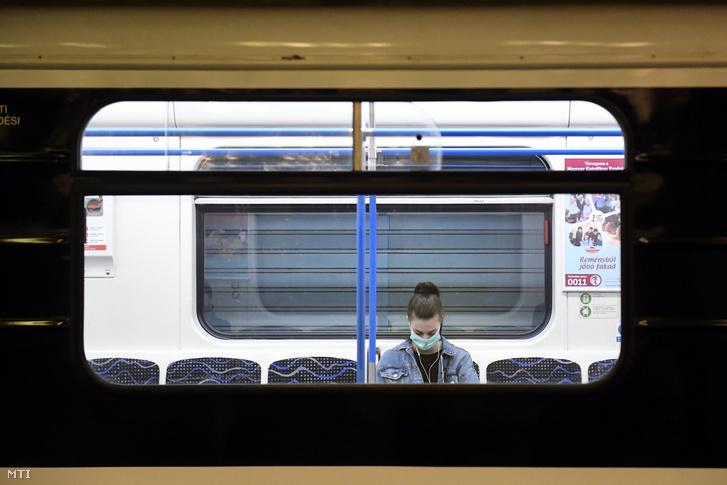 Védőmaszkot viselő utas a 3-as metró Deák téri állomásán 2020. március 19-én.