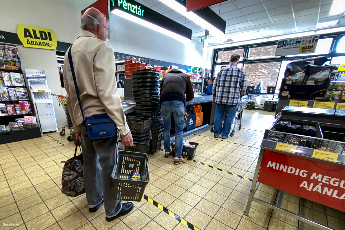 Idős férfi vásárol egy budapesti üzletben 2020 március 20-án.