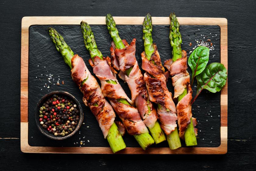 Roppanós, fűszeres spárga baconban sütve: könnyed tavaszi vacsora