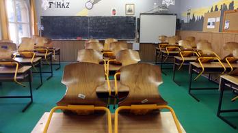 Több iskolában is megszabadulnának tanároktól a digitális oktatás miatt