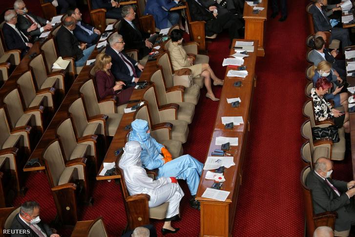 Ellenzéki képviselők védőfelszerelésben a bolgár parlamentben 2020 március 20-án