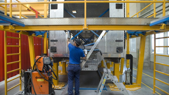 A szolnoki Stadler-gyár átáll az egy műszakos munkarendre
