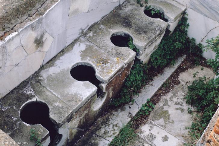 Ókori római illemhely maradvány Ostiában