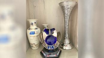 Zsolnay-váza mellé került a világbajnoki trófea