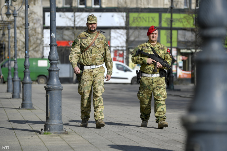 Katonai járőrök a debreceni Kossuth téren 2020. március 20-án.