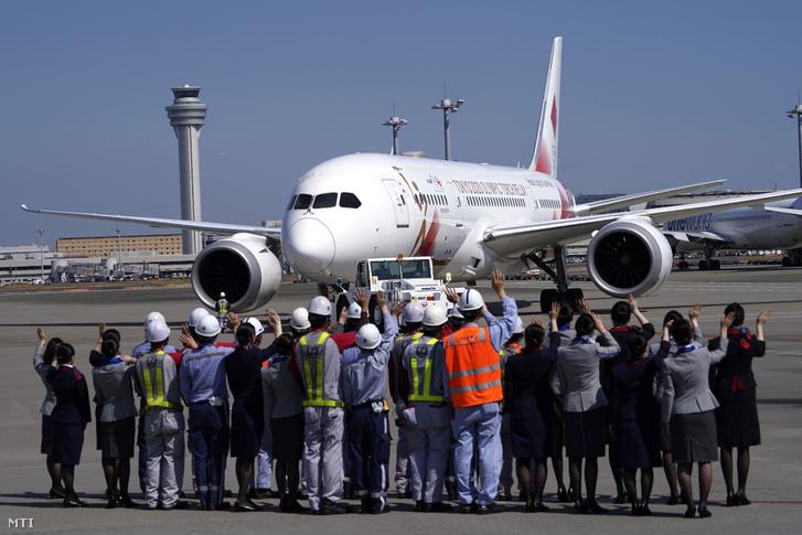 Az ANA és JAL japán légitársaságok Tokyo 2020 Go olimpiai különgépét búcsúztatják Tokió Haneda Nemzetközi Repülõterén 2020. március 18-án. A gép Athénba indul hogy Tokióba a 2020-as nyári olimpia városába szállítsa az olimpiai lángot.