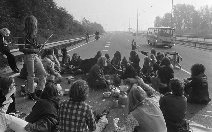 Fiatalok piknikeznek egy holland autópályán '74-ben