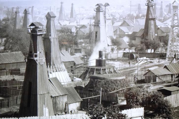 Olajkutak a nagyüzemi termelés csecsemőkorából. A helyszín az ukrajnai Boriszlav