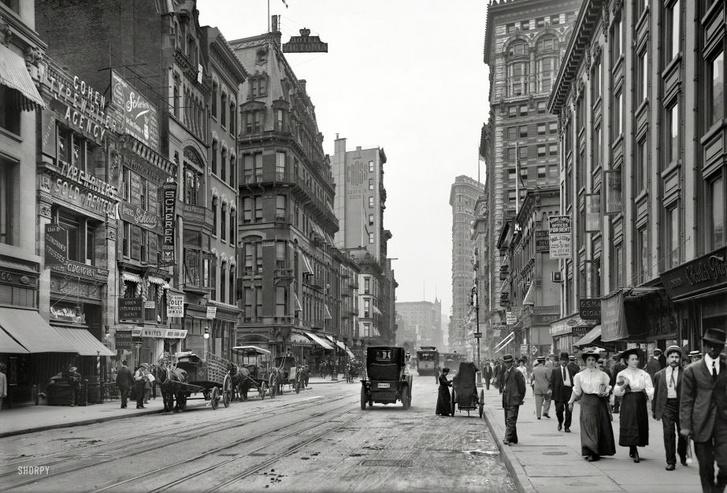 A New York-i Broadway 1910-ben. Széles utak már vannak, autók még alig