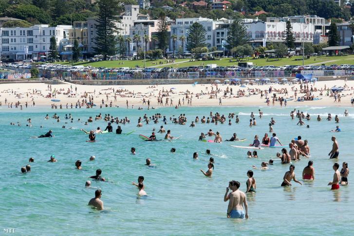 Fürdőzők a sydneyi tengerparti strandon 2020. március 20-án