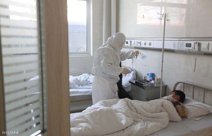 Infúziót készülnek bekötni egy betegnek a kínai Santung tartományban fekvő Jinan megye egyik kórházában