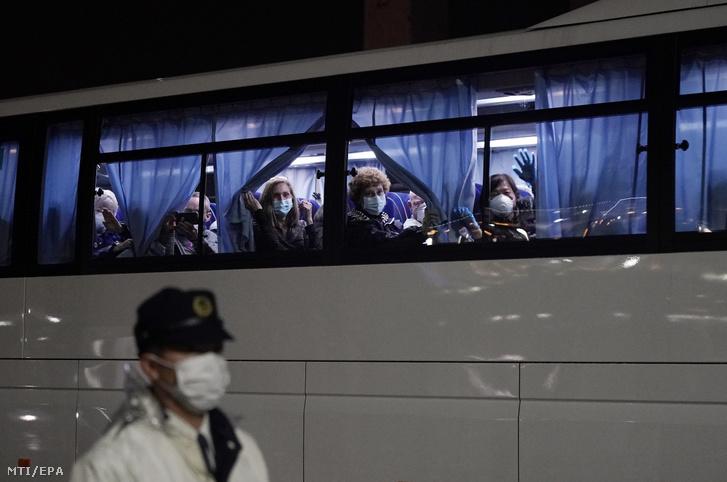 Busszal szállítják el a karantén alá vont Diamond Princess amerikai óceánjáró amerikai utasait a jokohamai kikötőből 2020. február 16-án miután megérkezett Japánba az amerikai kormányzat által a mintegy négyszáz amerikai állampolgár evakuálására bérelt két chartergép.
