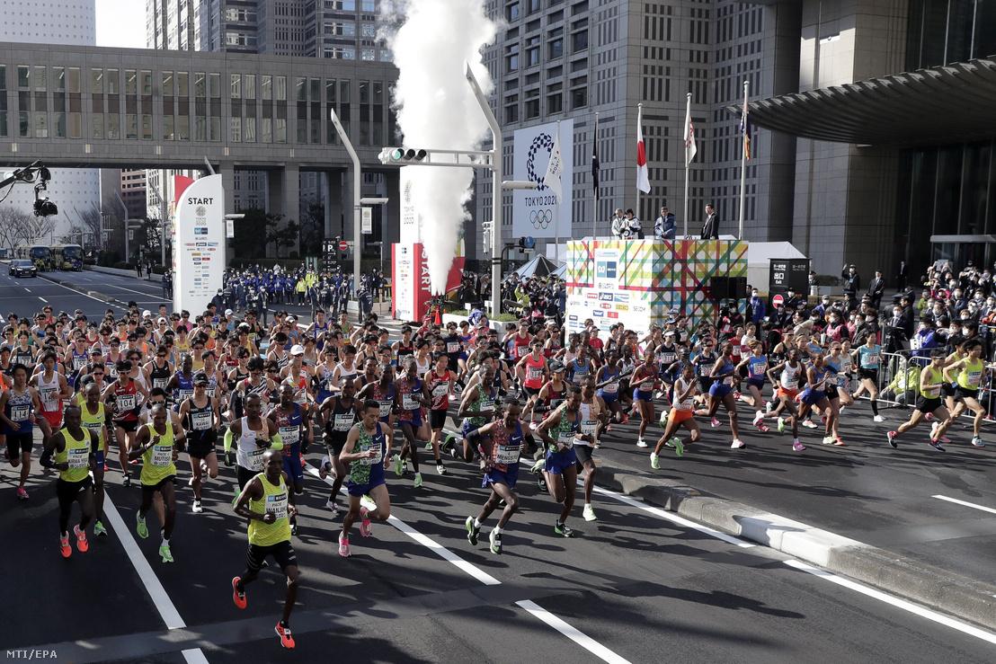 A tokiói maraton rajtja 2020. március 1-jén. A szervezők a koronavírus-járvány miatt 38 ezer amatőr nevezését mondták vissza csak a profik és kerekesszékesek indulhattak.