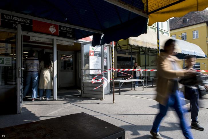 A pécsi vásárcsarnok bejárata 2020. március 18-án.