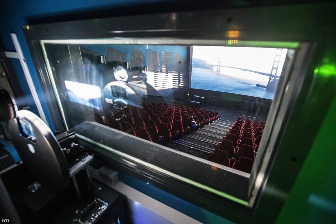 Néző a Cinema City Arénában 2020. március 12-én. A Cinema City mozik a magyar egészségügyi hatóságok és kormányzat által elõírtakkal összehangban létszámkorlátozás mellett továbbra is nyitva tartanak. Egy adott előadásra maximum 99 látogató vehet vagy foglalhat jegyet. A kormány előző nap az új koronavírus-járvány terjedésének megfékezése érdekében veszélyhelyzetet rendelt el és megtiltotta a száz főnél nagyobb látogatottságú beltéri és az 500 főnél nagyobb látogatottságú kültéri rendezvényeket. A fővárosi fenntartású mozik színházak múzeumok és könyvtárak bezárnak.