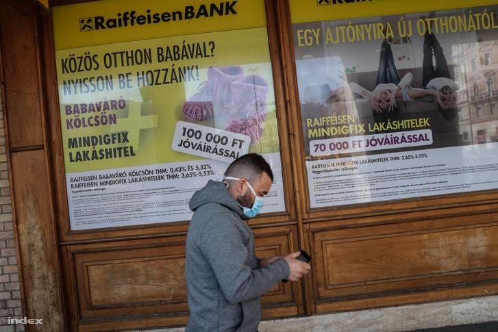 Járókelő egy budapesti bankfiók irodája előtt 2020. március 20-án