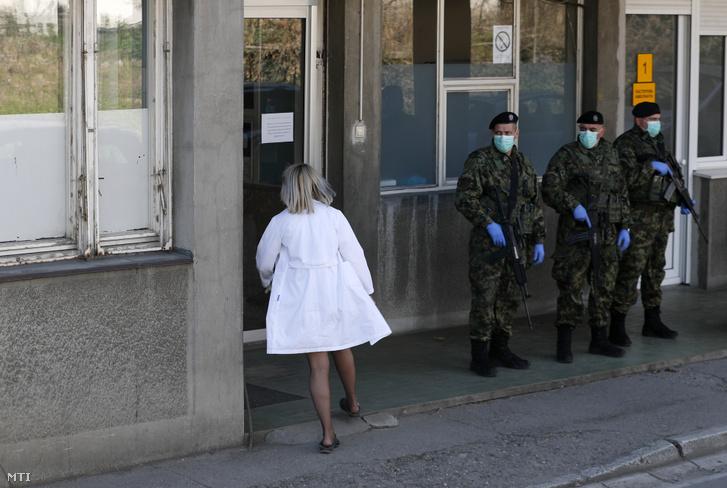 A szerb hadsereg védőmaszkot viselő katonái a belgrádi infektológiai klinika előtt 2020. március 16-án. A szerb kormány éjszakai kijárási tilalmat rendelt el a 65 év felettiek egyáltalán nem léphetnek ki az utcára. Az április 26-ra tervezett általános választásokat elhalasztották. Szerbiában eddig 83 fertőzöttet regisztráltak.