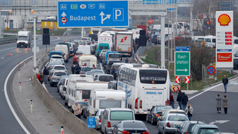 Von der Leyen: Nem állhat a forgalom a magyar-román határon