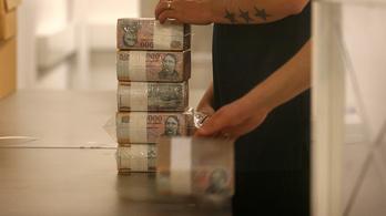 Ha kezet mos a használata után, nem jelent különös veszélyt a készpénz