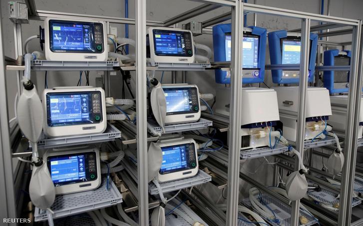 Lélegeztetőgépek egy svájci gyárban 2020. március 16-án.