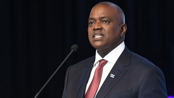 Botswana elnöke előbb megtiltotta a külföldre utazást, majd elment a namíbiai elnök beiktatására