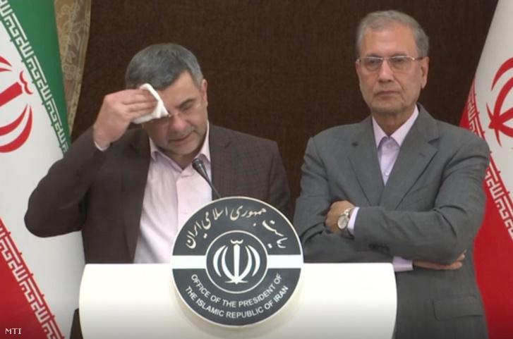 Iradzs Harirsi iráni egészégügyi miniszter-helyettes és Ali Rabiei kormányszóvivő sajtótájékoztatót tart Teheránban 2020. február 24-én.