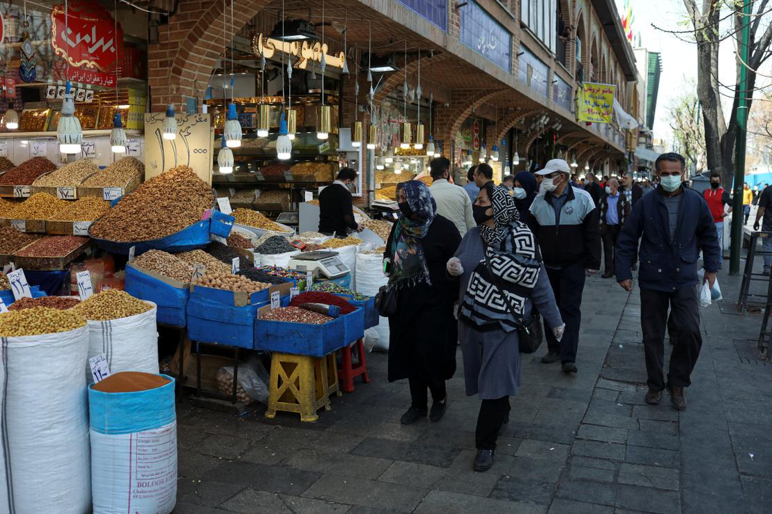Iráni emberek vásárolnak a Noruz, a perzsa újévi ünnepségsorozat előtt Teheránban 2020. március 19-én.