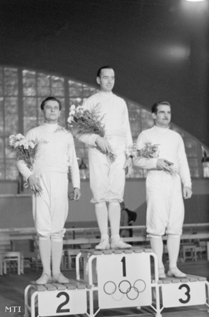 Gerevich Aladár (b) Kovács Pál (k) és Berczelly Tibor a kard egyéni döntőjének győztesei az 1952. évi nyári olimpiai játékokon Helsinkiben.