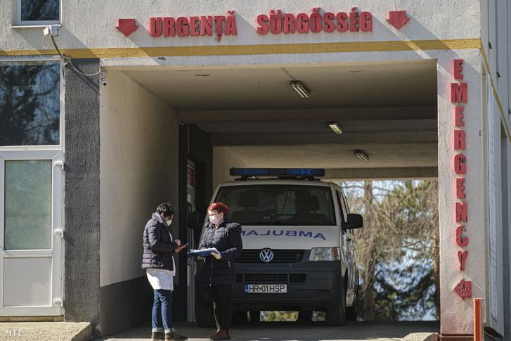 Asszisztensek kérdezik ki a mentővel érkezőket a Csíkszeredai Megyei Sürgősségi Kórház kapujában