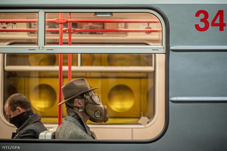 Gázmaszkot viselő férfi utazik a prágai metrón