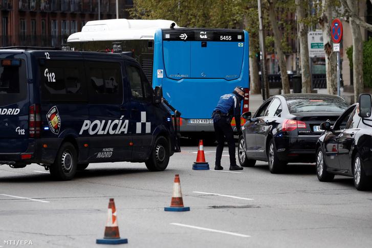 Rendőrök ellenőriznek egy autóvezetőt Madrid belvárosában