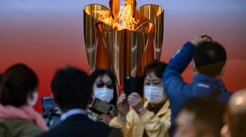 Fittyet hánytak a japán kormány kérésére, 55 ezren tódultak az olimpiai lánghoz