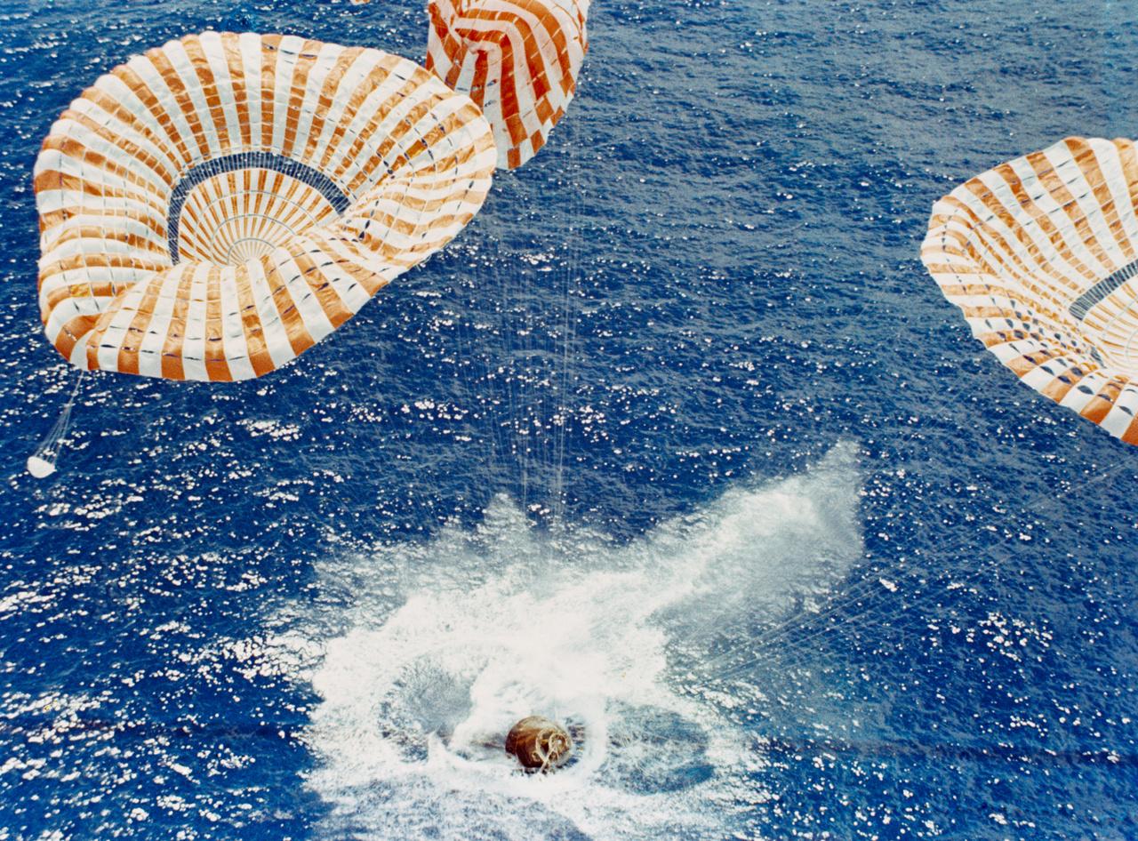 1971. augusztus 7. A parancsnoki modul szerencsésen landolt a Csendes-óceán közepén, Honolulutól nagyjából 500 kilométerre. Bár nem veszélyeztette a három űrhajós életét, a NASA illetékesei nem örültek annak, hogy a három ejtőernyő közül az egyik nem működött rendesen (a fotón a középső).