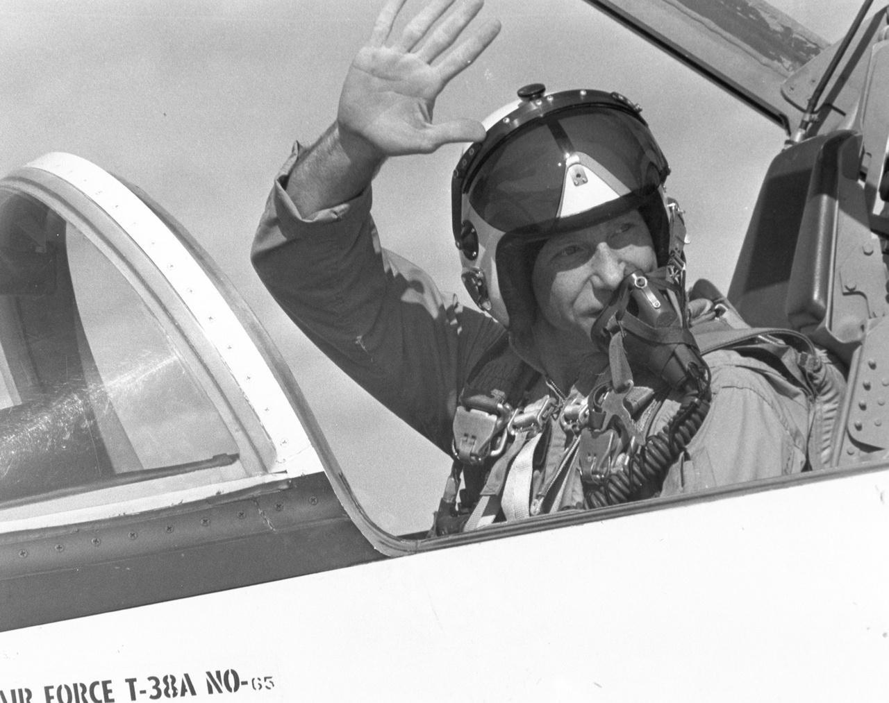 1970. július: Kiképzőrepülésre készülve a Patrick légibázison, a NASA egyik T-38 Talon könnyű sugárhajtású gépének pilótafülkéjében.
