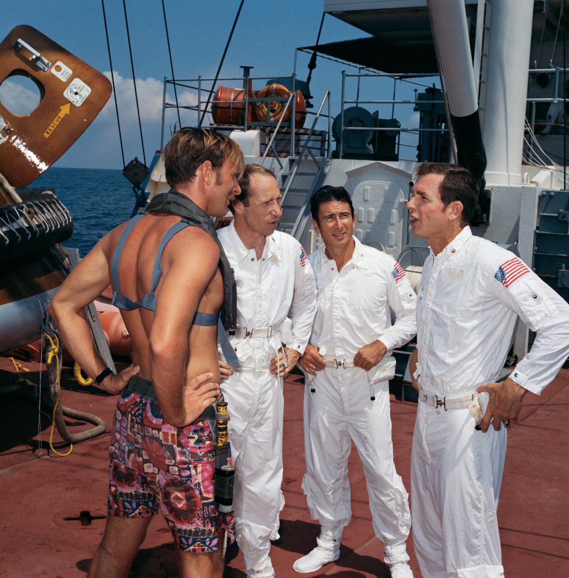 1971. május: az Apollo-15 űrhajósai a Mexikói-öbölben, a tengeri landolásra felkészítő gyakorlaton a haditengerészet egyik búvárával beszélgetnek.