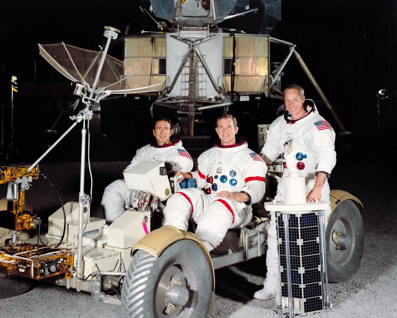 1971. március: hivatalos beállított NASA-csoportkép az Apollo-15 legénységéről és az első holdautóról. Balról jobbra: James B. Irwin, holdkomppilóta, David R. Scott, parancsnok és Alfred M. Worden, parancsnokimodul-pilóta.