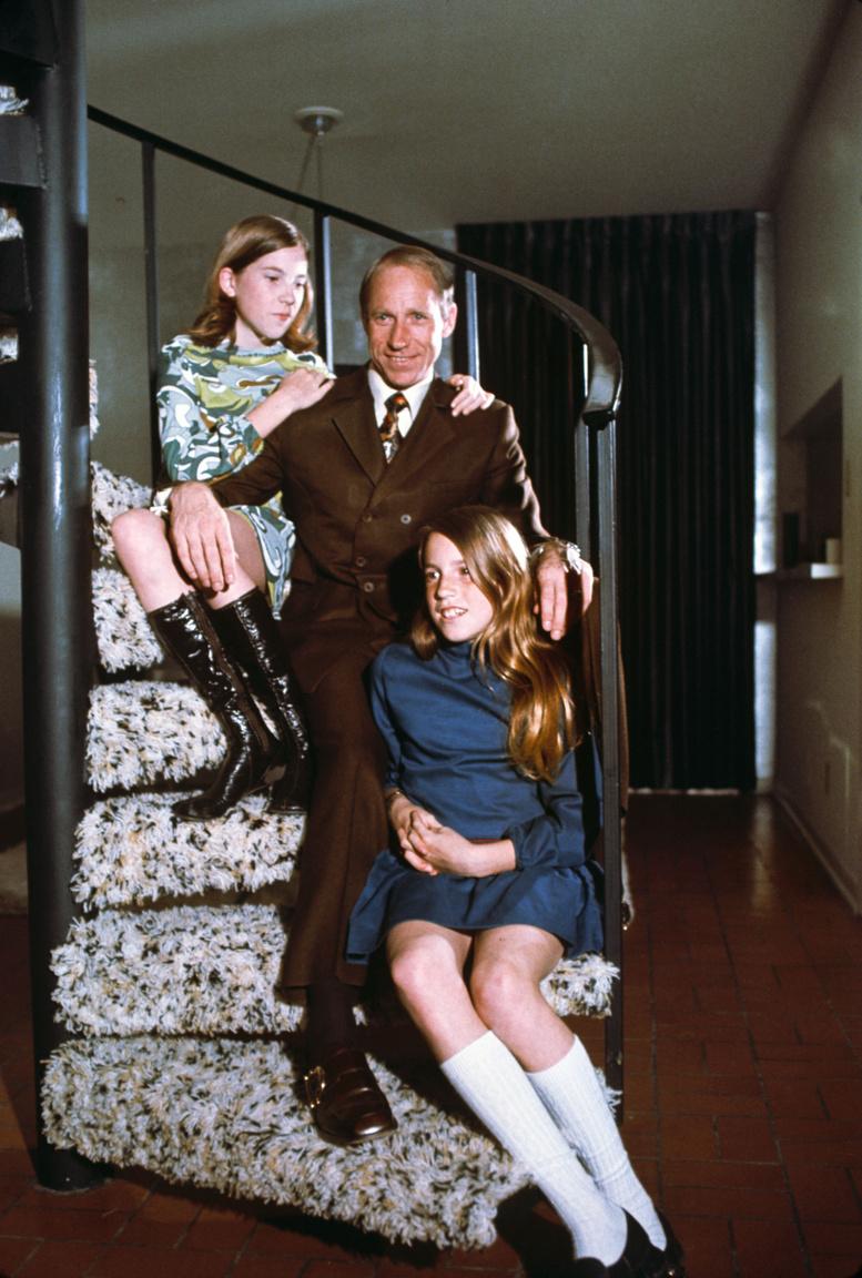 1970. április: Al Worden és két lánya, a 12 éves Merrill (fönt) és a 10 éves Alison (lent).