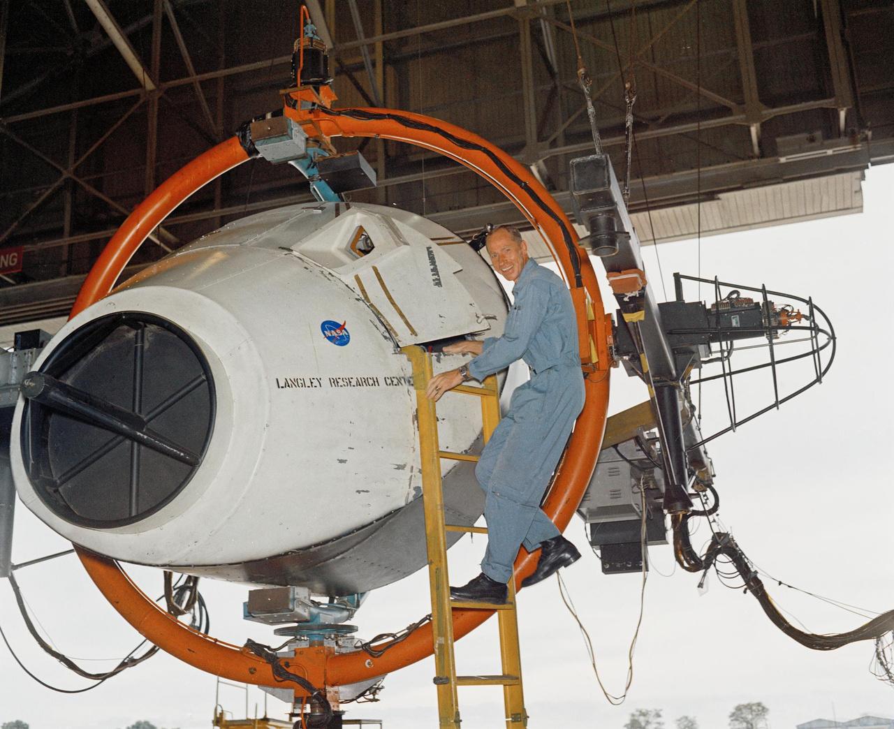 1968. szeptember 18. Worden a dokkolószimulátoron, a NASA Langley kutatóközpontjában. Wordent 1966 áprilisában választották be az Apollo-program 19 űrhajósa közé.
